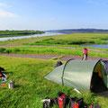 Schöner Zeltplatz bei einem Stauwehr. Super schönes Wetter!