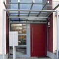 Eingangsbereich mit Vordach, Stahl und Glas