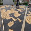 屋根の板金を剥がしていきます。