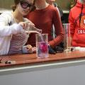 Beispiele für chemische Reaktionen: Farbreaktion von Indikator mit Lauge.