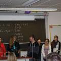 Das Vorführungsteam von links: Dr. Bauer, Oliver, Nina, Emanuel, Carolin, Pauliine, Lisa und Marleen. Nicht im Bild: Florian S. an der Filmkamera und Lukas L. am Fotoapparat.