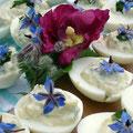 Mit Wiesenknopfpaste gefüllte Eier mit Borretschblüten