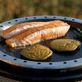 Wiesenknopf-Blinis mit Lachs auf Cobb-Grill-Pfanne gegart