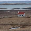 kleine Kirche von Narfeyri mit Blick auf den Breiðafjörður
