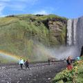 Skógafoss - beeindruckender Wasserfall, der an der ehemaligen Steilküste 60m in die Tiefe stürzt