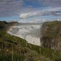 Gullfoss - wunderschöner Wasserfall der über zwei Stufen in den Canyon der Hvítá stürzt