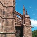 Freiburger Münster, Blick auf rechtes Seitenschiff mit Strebewerk; © Foto Dr. Peter Diziol