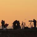 --- nur Fotografen sind geblieben, mit ihren Teleobjektiven fangen sie die scheinbar schöne Stimmung ein