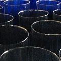Glaszylinder vor Öffnung in Platten