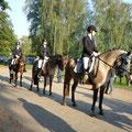 Frauke, Isi und Ina stehen bereit für den Reiterwettbewerb