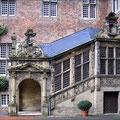 Seitenportal am Schloss Heessen