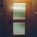 HAUSTÜR aus Kiefer Massivholz, mit integriertem Fenster und schwarzen BeschlägenHaustür