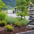 Stellriemen aus Granit setzen. Diverse Pflanzen setzen und schnitzeln