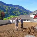 Rasen anlegen: Boden auffräsen, Bodenverbesserung (Agrosil und Sand) einbringen, Reinplanie abkräulen