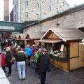 Die Buden auf dem Christmas market bieten überwiegend Leckereien feil. Es gibt aber auch ein paar sehr schöne Kleinkunst-Stände.