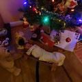 Interkulturelles Weihnachts-Ensemble mit heidnisch angehauchter Jesuskind-Attrappe.