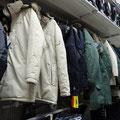 """Zugegeben, die Winter-Jacken sind nicht alle """"hip"""", aber in diesem Baumarkt sind sie doch sehr erschwinglich."""