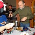 Vom Meister persönlich kredenzt: Ebenso wichtig wie der Pudding ist natürlich die hochprozentige Sosse...