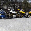 Winter in Kanada: Vielerorts kann man Schneemobile mieten und auf reservierten Strecken in Parks und Wäldern fahren.