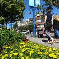 Spaziergang auf der Denman Street in Vancouver.