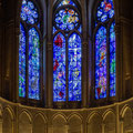 1974 hat Marc Chagall die Kapelle in der Mitte des Chors mit drei Fenstern ausgestattet