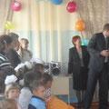 Глава администрации Калининского МР Алексеев Д.А. вручает ключ директору школы Кривошееву С.В.
