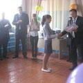 Директор школы Кривошеев С.В. вручает Похвальные листы отличникам учебы
