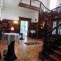 Vestibül  des Schloss Wahlsdorf mit herrschaftlicher Treppe
