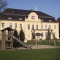 Schloss Wahlsdorf mit Spielplatz vor dem Haus
