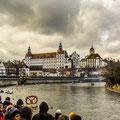 Am Donaukai unterhalb vom Schloss versammelten sich tausende Zuschauer