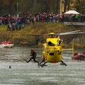 Absetzen der Rettungsschwimmer in die Donau