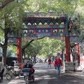 Eines der wenigen verbliebenen Straßentore von Beijing in der Straße vor dem Konfuziustempel.