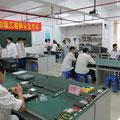 Schüler demontieren PCs in der Polytechnischen Schule von Tangxia.