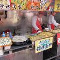 """Überall gibt es leckeres zum essen: Garküchen einer chinesischen """"Fressgass"""" in Beijing  (SIEHE VIDEO weiter unten !) ."""