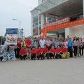 Das Ensemble und die Besuchergruppe nach der Drachentanzdarbietung vor der Kunsthalle in Tangxias Stadtteil Shuilong.