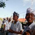 traditionell gekleidete Balinesen