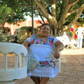traditionell gekleidete Frau am Plaza