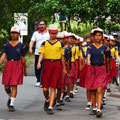 Schulkids trainieren für den Marschierwettbewerb am Nationalfeiertag von Indonesien