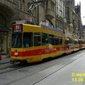 Ein BLT-Zug mit Gelenktriebwagen Be 4/8 Nr. 215 mit  Niederflurteil in Doppeltraktion mit einem Gelenktriebwagen Be 4/6 Düwag) vor der Einfahrt zur Haltestelle am Marktplatz.