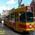 Ein BLT-Zug mit Gelenktriebwagen Be 4/8 Nr. 205 mit  Niederflurteil in Doppeltraktion mit einem Gelenktriebwagen Be 4/6 am Marktplatz.