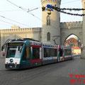 Ein Combino unter dem weihnachtlich dekorierten Nauener Tor, stadteinwärts.