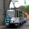 Ein Zug m it zwei KT4D in Doppeltraktion unter dem Nauener Tor, stadteinwärts.