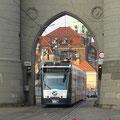 Ein Combino unter dem Nauener Tor, stadteinwärts.