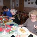 Hildegard und Birgit essen