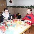 Romy und Patrik unterhalten und essen