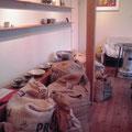 カフェスペースにはたくさんの生豆が!これを焙煎、私たちのもとに届いているんですね。