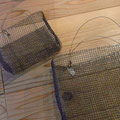 現在、ワイヤーで出来たカゴが結構あります。ドライフラワーとか入れたら素敵。(画廊の庭先に吊ってます。)