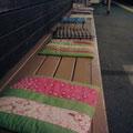 ふくふくしながら琴電の三条の駅へ行くと、私の心と同じようなお座布がありました。かわいい、そして暖かいな。