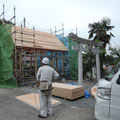 屋根に防水シートを貼って行きます