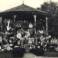 Op de groepsfoto staat links het East West Quintet uit Putte, daarnaast The Stone Town Jazz Band uit Steenbergen. Daarboven The Quickly Jumpers.
